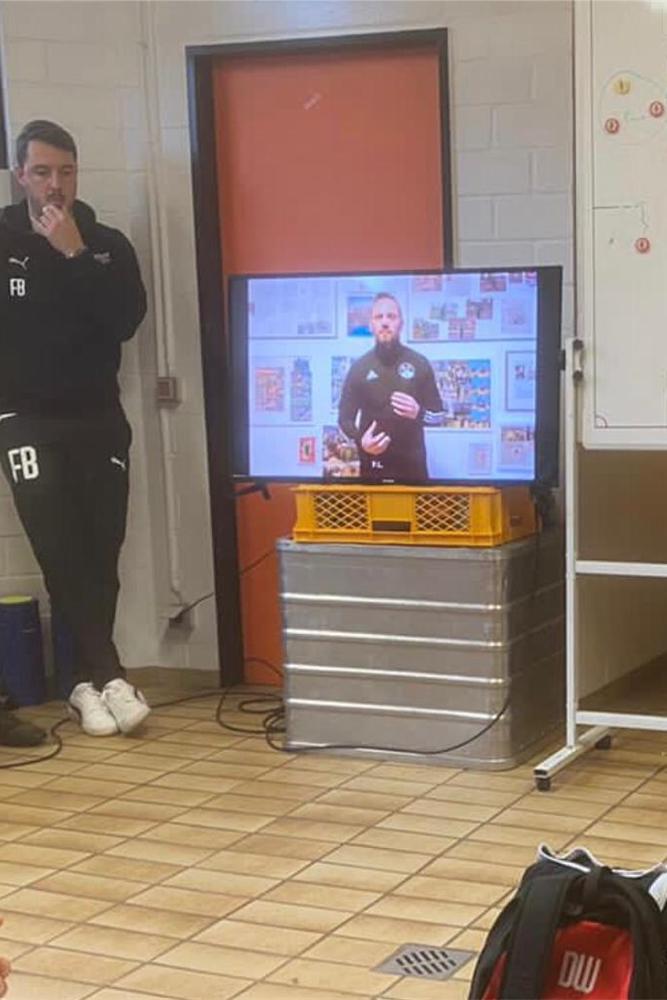 Patrick Linnemann bei der Videoansprache vor der Mannschaft des SV Lippstadt.