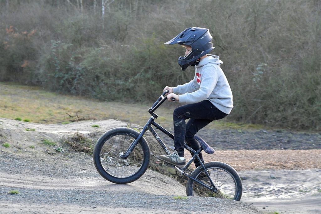 Nicht nur für erwachsene Mountainbike-Cracks, auch für Kinder ist der Bikepark gut geeignet. Einen Helm zu tragen, versteht sich dabei eigentlich von selbst.