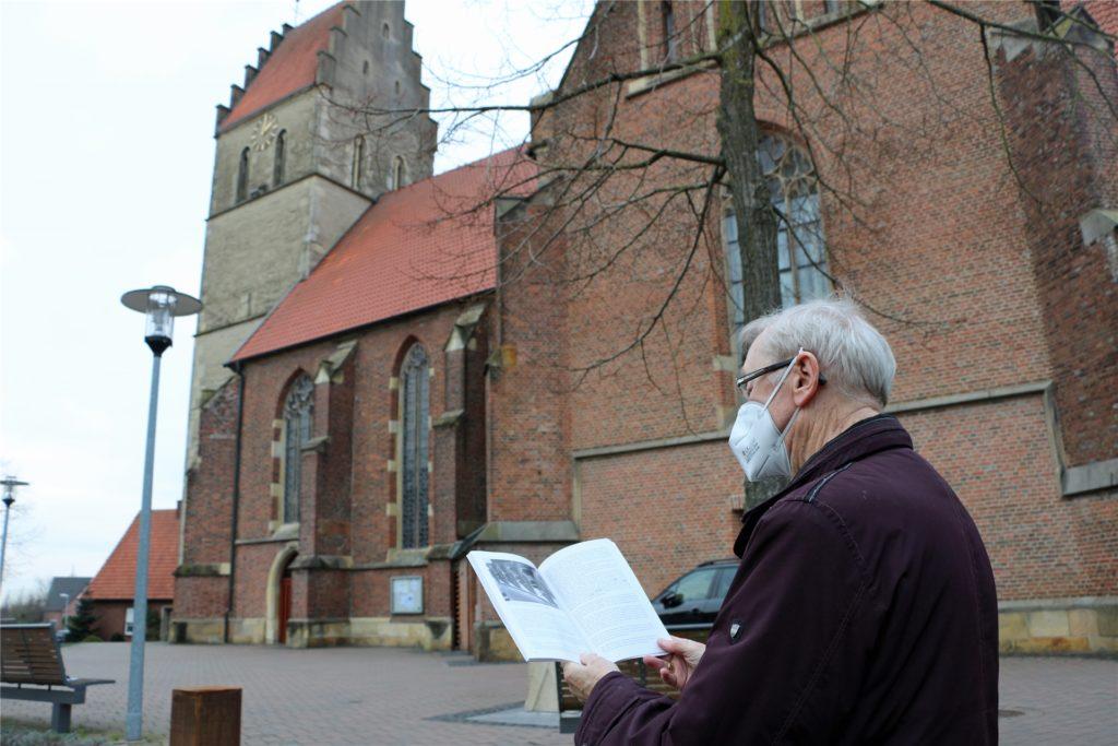 Zur 800-Jahr-Feier wurde im Jahr 1988 ein Kirchenführer aufgelegt. Die Geschichte vollzog Hubert Feldhaus im Gespräch anhand dessen nach.