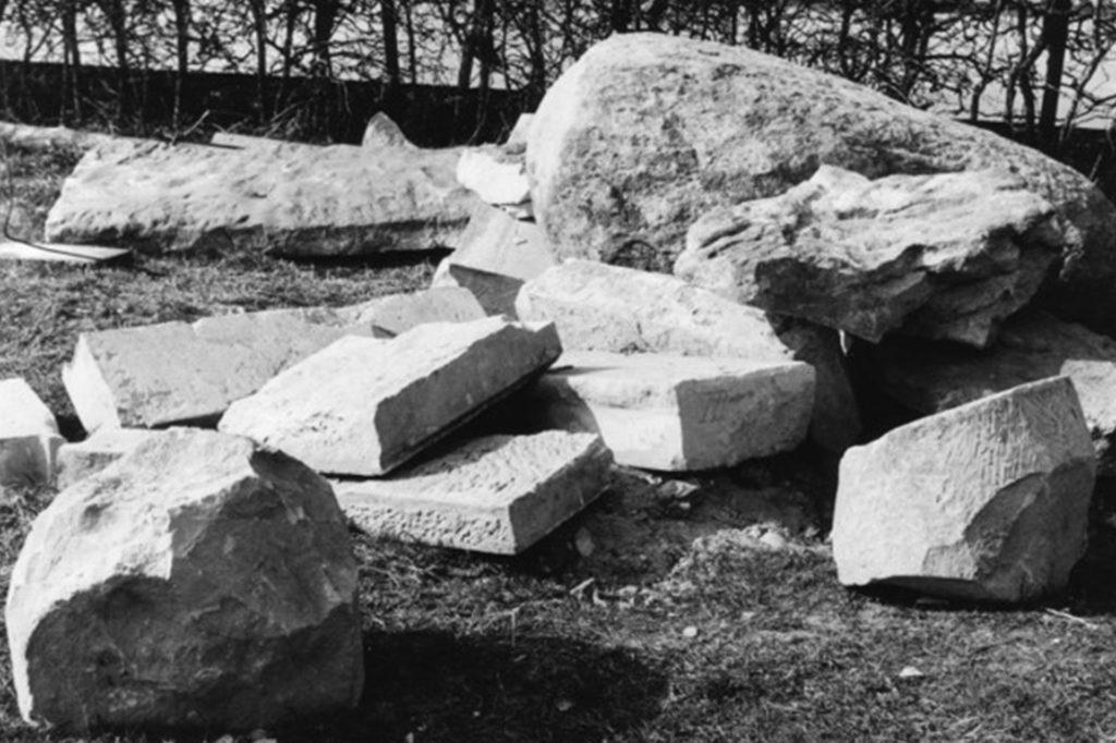 Große Gesteinsgebilde wurden 1976 freigelegt. Im Zuge der Arbeiten verdichteten sich Hinweise auf eine Zeit, die weit vor dem eigentlichen Gründungsdatum der Pfarre Wüllen lag.