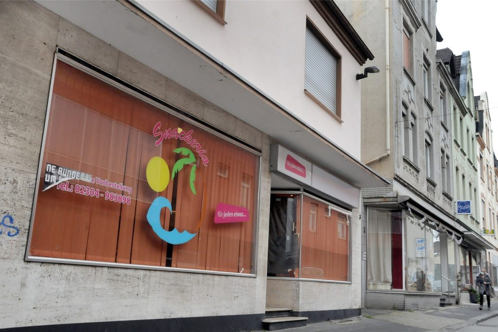 Zum Aufenthaltsraum für Menschen, die sich sonst im Stadtpark treffen, ist vorübergehend die ehemalige Snackeria an der Haselackstraße geworden.