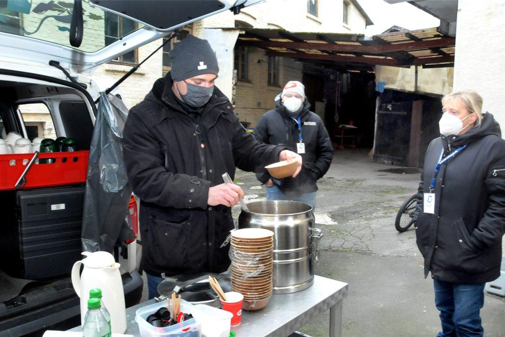 """Jeden Freitag verteilt der Freischütz im Hof der Snackeria ein """"Schöpfgericht"""