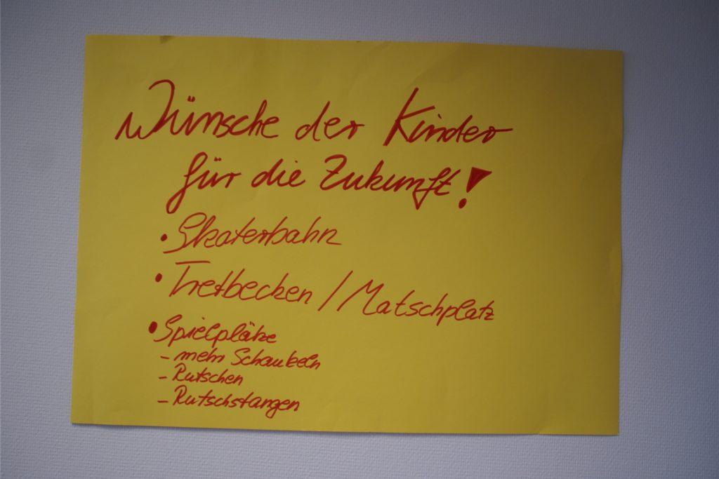 Ein Wunschzettel von Kindern hängt auch an der Wand in Werner Stödtkes Dienstzimmer. Damit der Bürgermeister die Wünsche nicht vergisst.