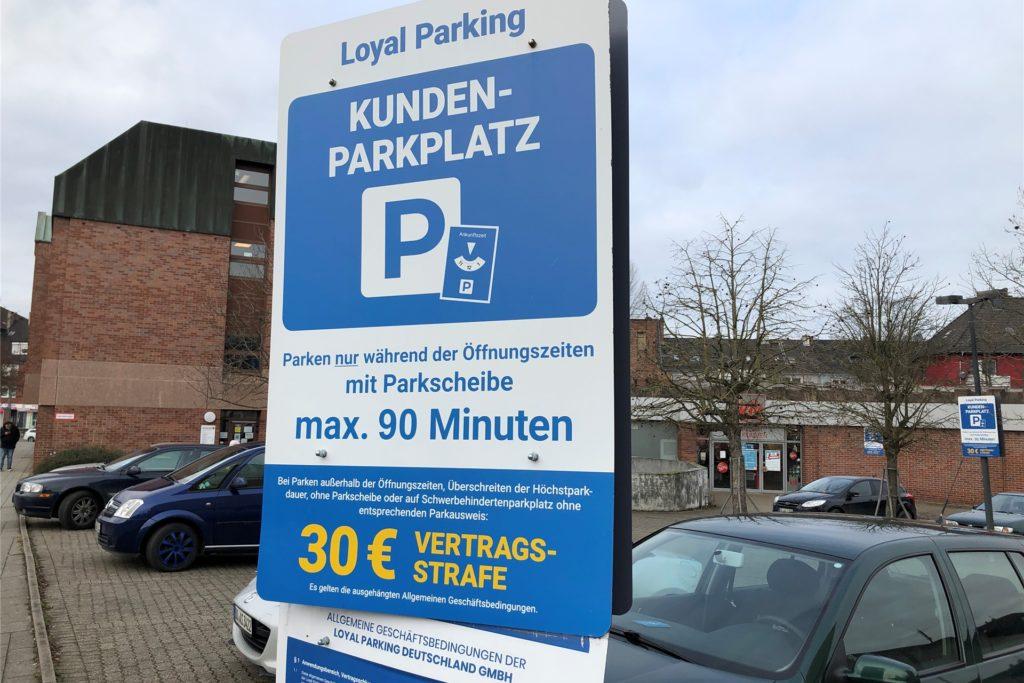Diese große Hinweistafel ist am Kik-Parkplatz am Evinger Platz aufgestellt