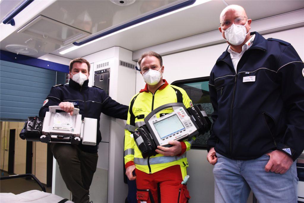 Jürgen Rave (Leiter DRK Kreis Borken), Rudi Neck (Notfallsanitäter) und Christoph Gottskzy (Leiter Rettungswache Vreden) freuen sich, dass der Telenotarzt in Vreden startet.