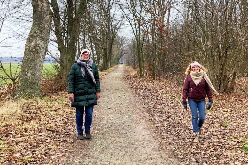 Maske oder Abstand: Die Spaziergängerinnen Doris Wintershoff (l.) und Elke Esseling auf dem Weg zum Schwatten Gatt.