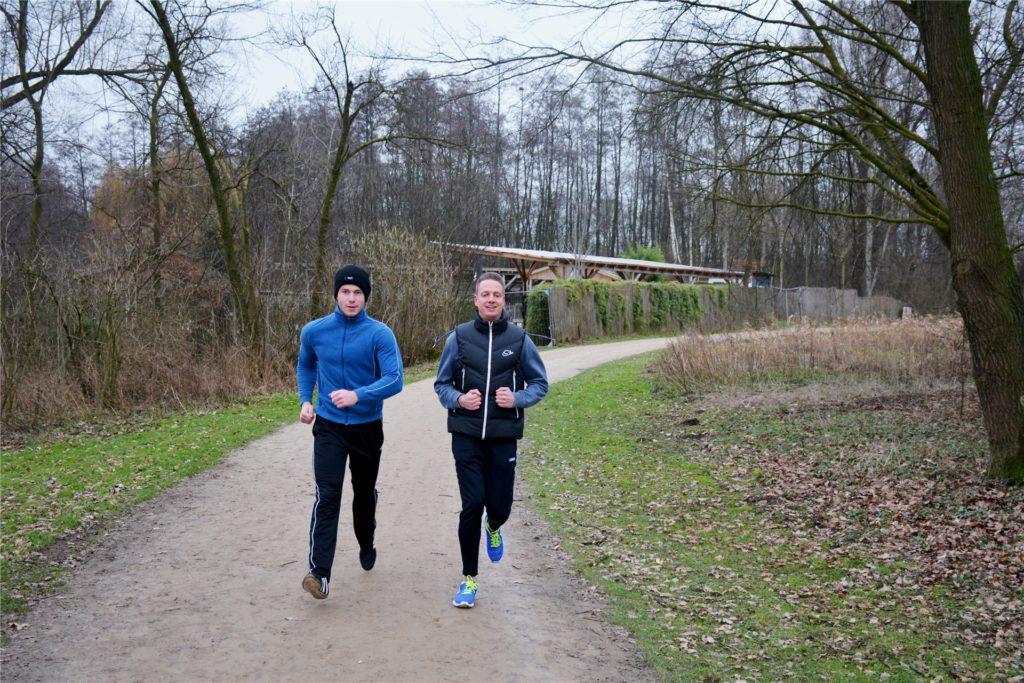 Das Fitnessstudio ist geschlossen, die Laufstrecke am Berkelsee ist offen: Stefan Böing und Hendrik Brockhuis joggen in Coronazeiten mehr als zuvor.