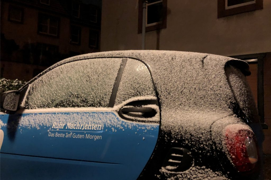 Auf den Autos blieb der Schnee liegen, wie hier auf dem Redaktions-Fahrzeug der Ruhr Nachrichten auf dem Lambertusplatz.