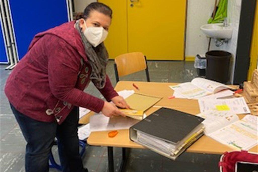 Lehrerin Marion Wenner sichtet und verpackt Lernmaterial für die Kinder des Grundschulverbundes Südkirchen/Capelle.
