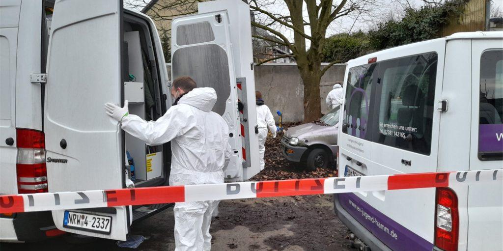 Polizei und Staatsanwaltschaft versuchen die Hintergründe der Bluttat auf einem Parkplatz in Hamm zu ermitteln. Ein 23 Jahre alter Mann aus Bergkamen steht unter Verdacht, eine 22-Jährige mit mehr als 60 Messerstichen getötet zu haben.