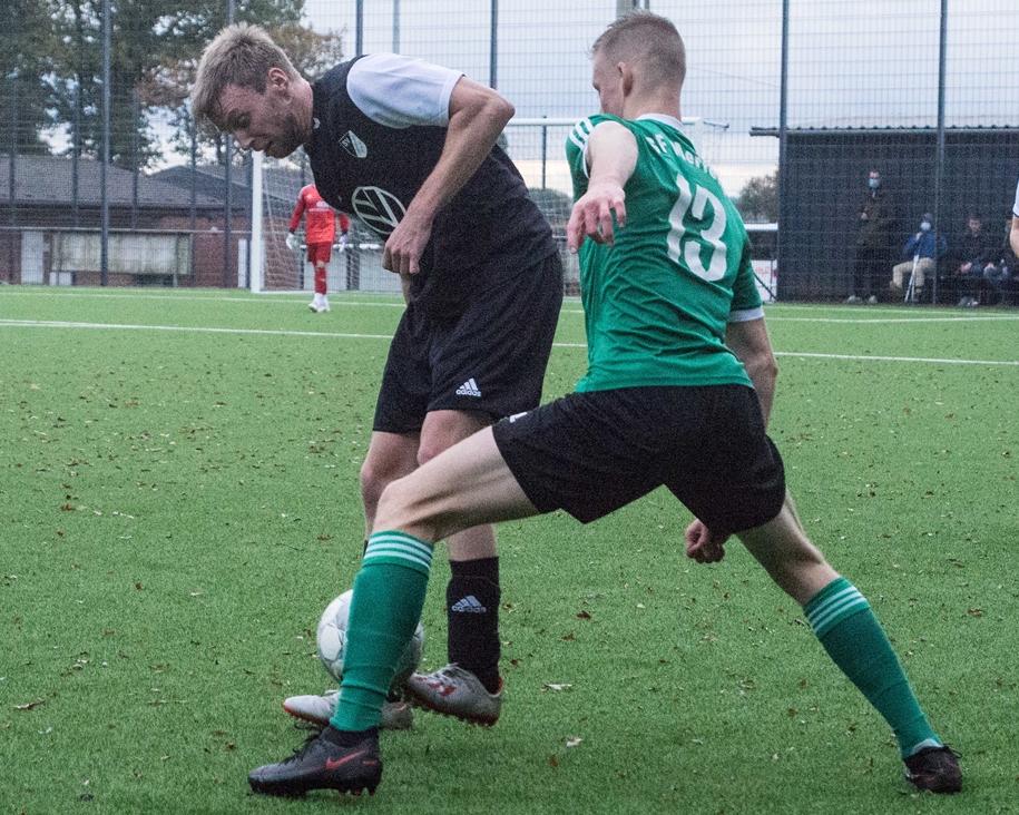 Andre Kleine Kappenberg (l.) hat sich in der Bezirksliga-Startelf des SV Lippramsdorf festgespielt.