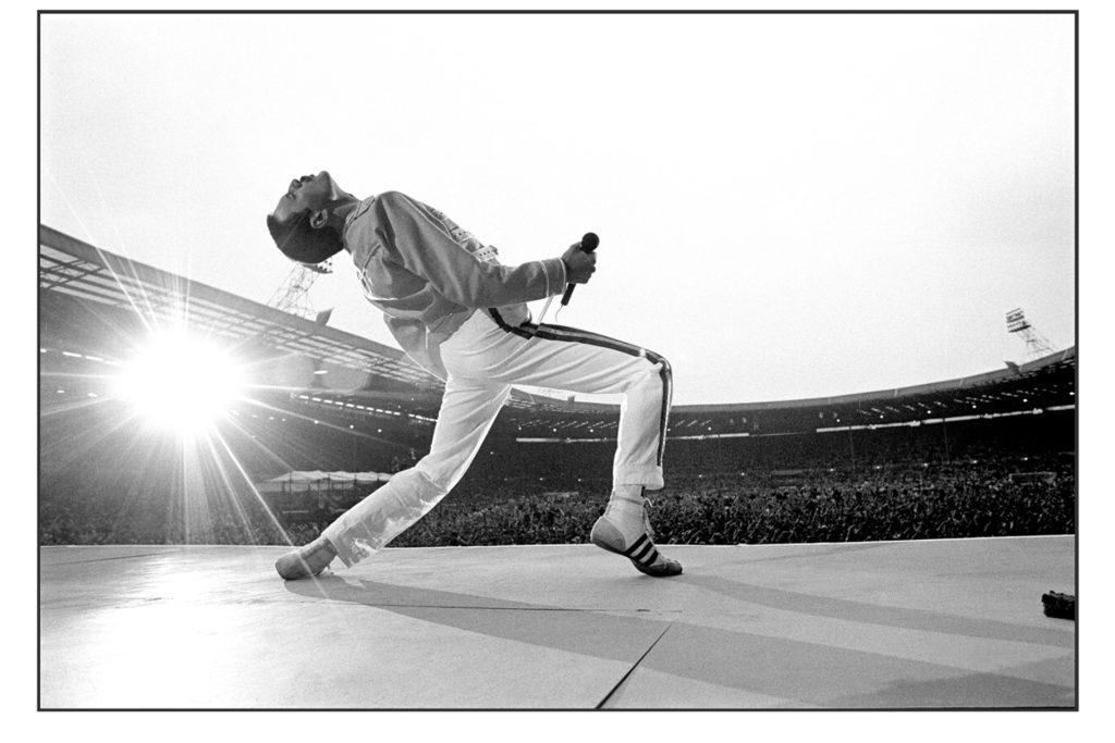 Trägt drei Streifen an den Füßen: Freddie Mercury 1986 in London.