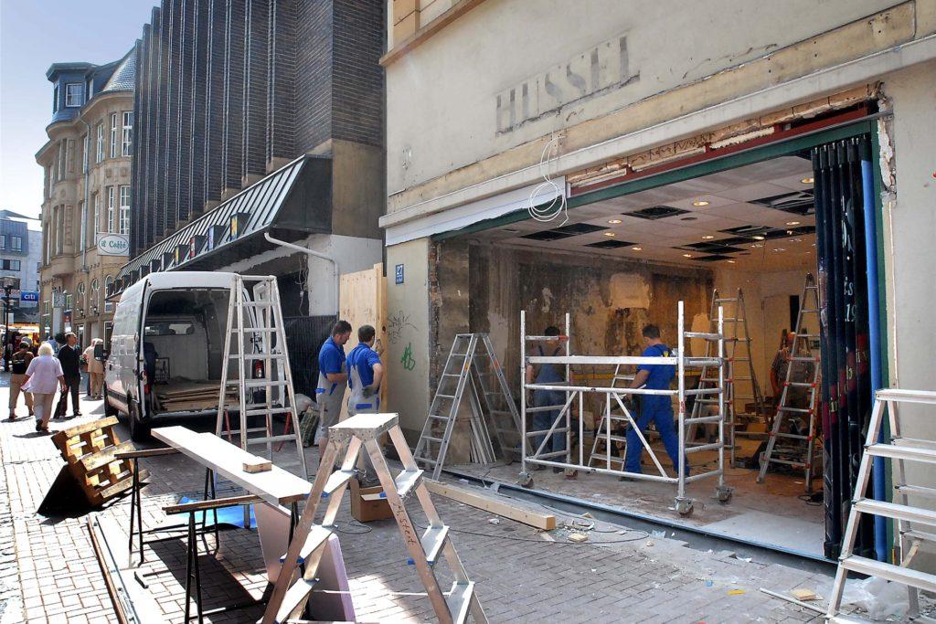 Das Archivbild von 2007 zeigt, wie die Filiale von Hussel komplett entkernt und aufgemöbelt wird. Jetzt ist der Filialist in Geldnot geraten.