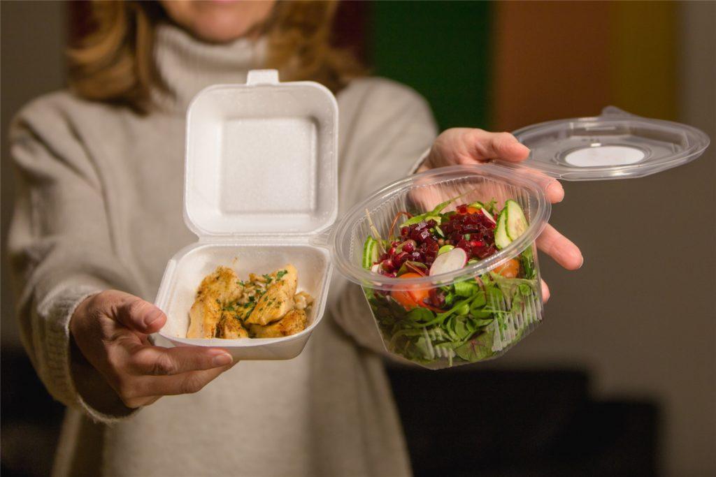 Die warme Poularde und das Dressing werden erst zuhause mit dem Salat angerichtet.