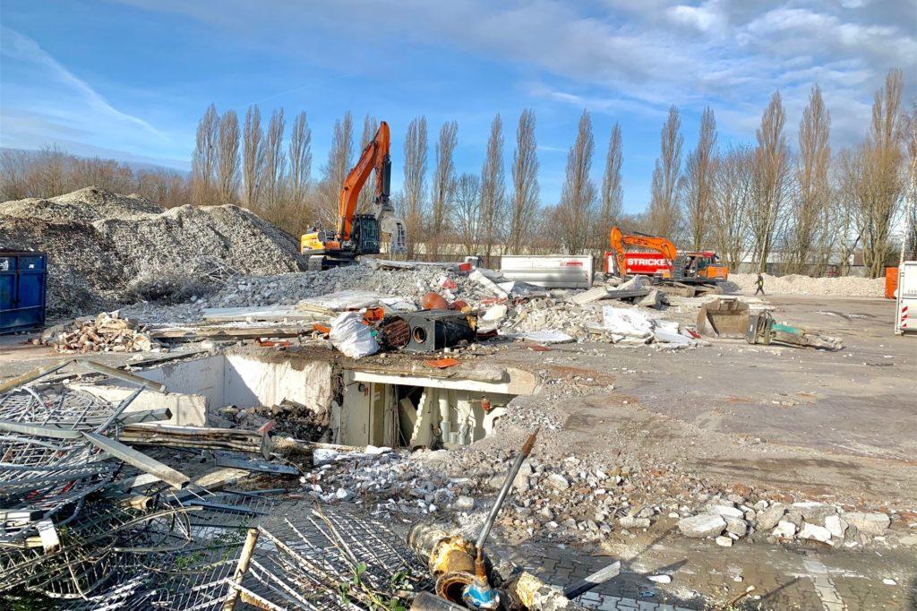 Das Abbruchmaterial wird an Ort und Stelle zerkleinert und dann abgefahren.