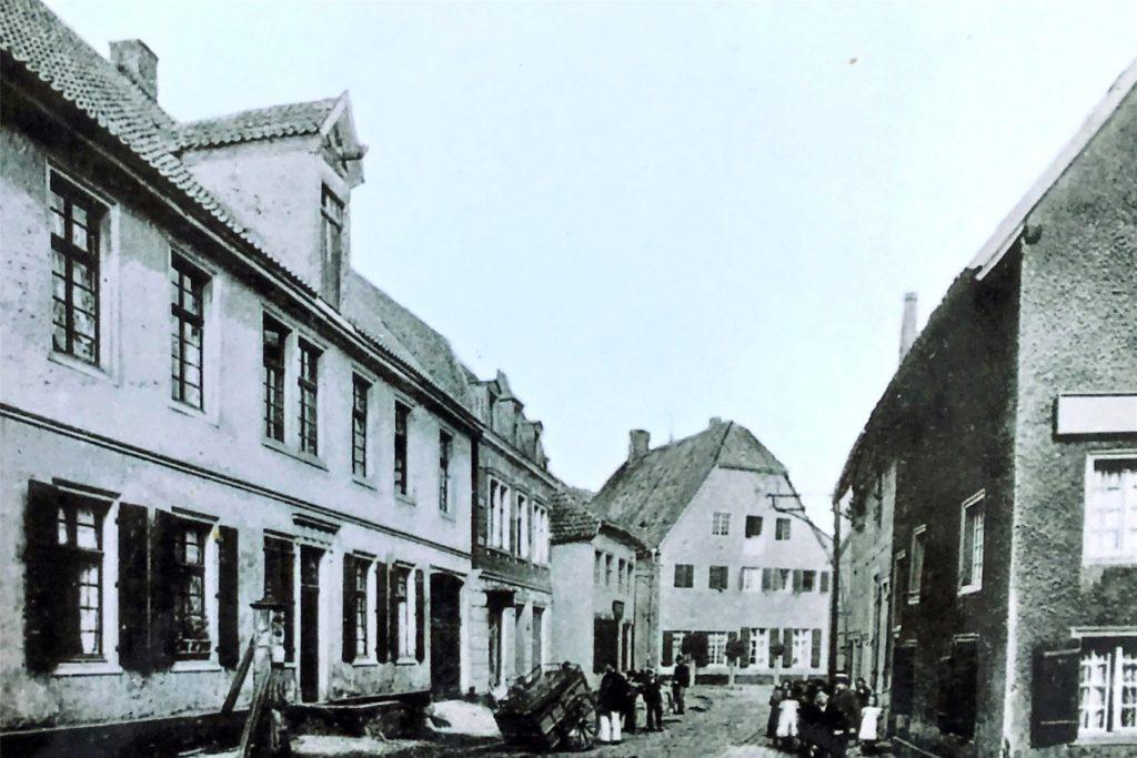 Blick in die Bonenstraße: Vorne links sieht man noch eine der alten Pumpen um das Jahr 1900.