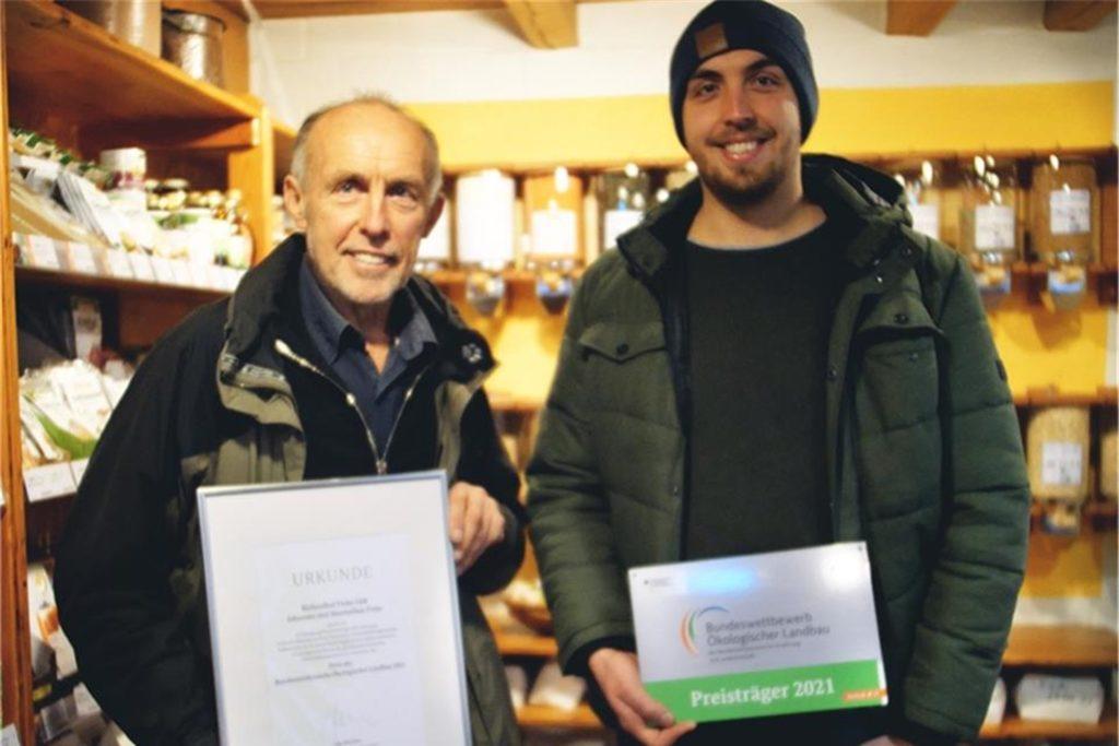 Johannes Finke und sein Sohn Maximilian zeigen stolz die Siegerurkunde.