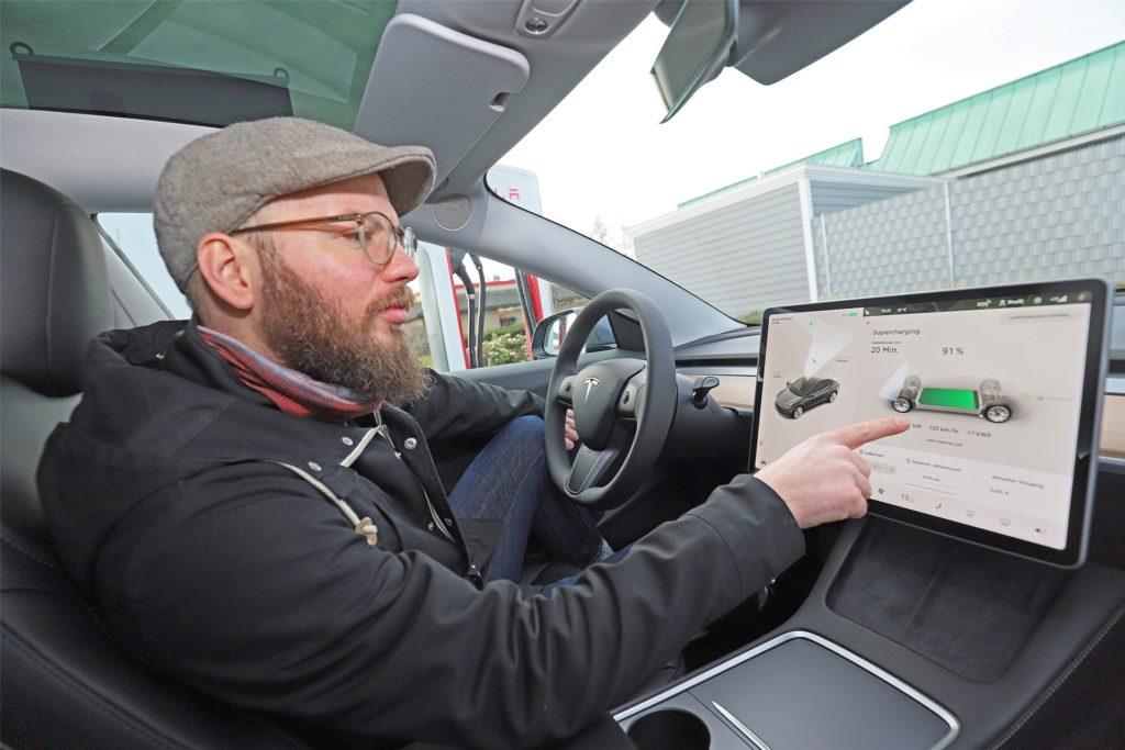 Auch moderne Autos mit Verbrenner-Motor bieten immer mehr digitale Instrumente. Tesla treibt das Ganze aber auf die Spitze. Haptische Schalter und Knöpfe finden sich kaum, fast alle Bedienelemente sind in einem großen Touch-Display vereint.