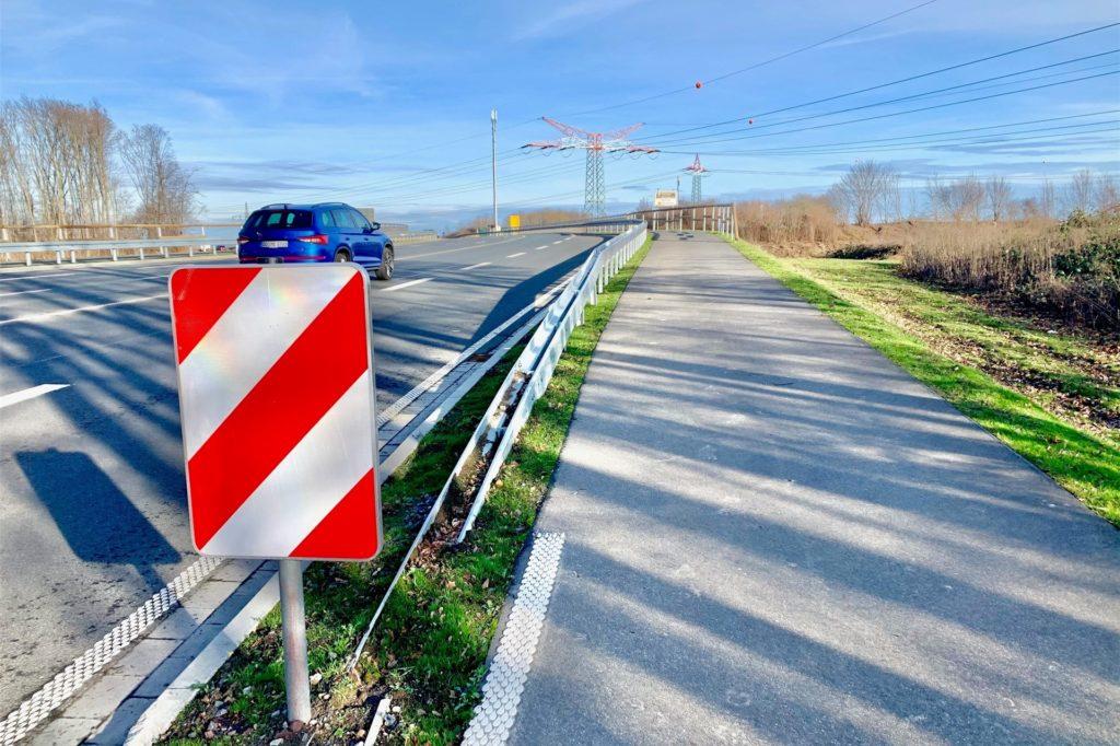 Die Brücke über die B1 ist neu, Radwege sucht man vergebens.