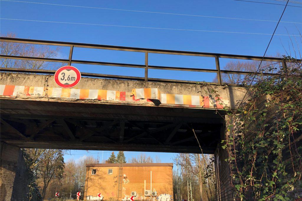 An der Eisenbahnbrücke auf der Flughafenstraße entstand ein sichtbarer Schaden (rechts), der jedoch die Statik der Brücke nicht beeinträchtigt