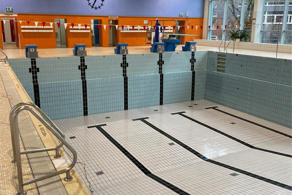 Für eine Grundreinigung und einige nötige Reparaturen wurde vorerst das Wasser aus dem Becken gelassen.