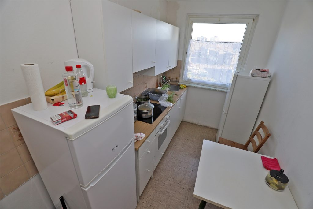 Küche einer Leiharbeiter-Wohnung in Bergkamen: Die Warmmiete kostet rund 315 Euro pro Person und umfasst auch einen Fahrservice zur Arbeitsstelle im 50 Kilometer entfernten Münster.