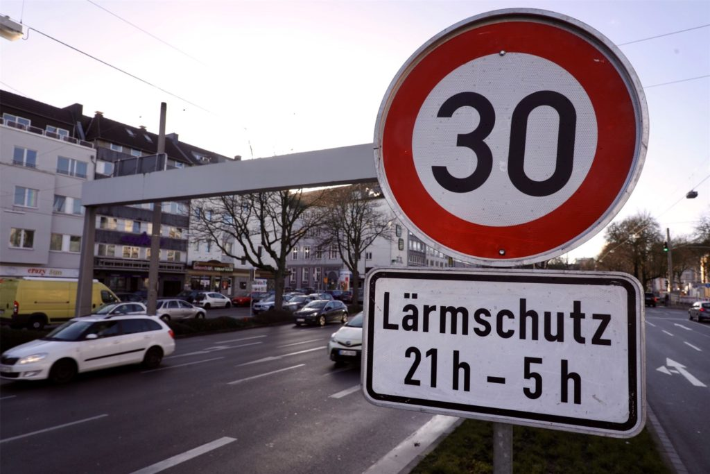 Auf dem Dortmunder Wall gilt jetzt in der Nacht Tempo 30. Die ersten Schilder wurden am Mittwoch und Donnerstag aufgestellt.