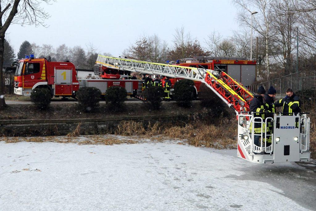 Regelmäßig bereitet sich der Schwerter Feuerwehr auf Einsätze am Grüntaler Teich vor - hier bei einer winterlichen Übung zur Rettung aus dem Eis.