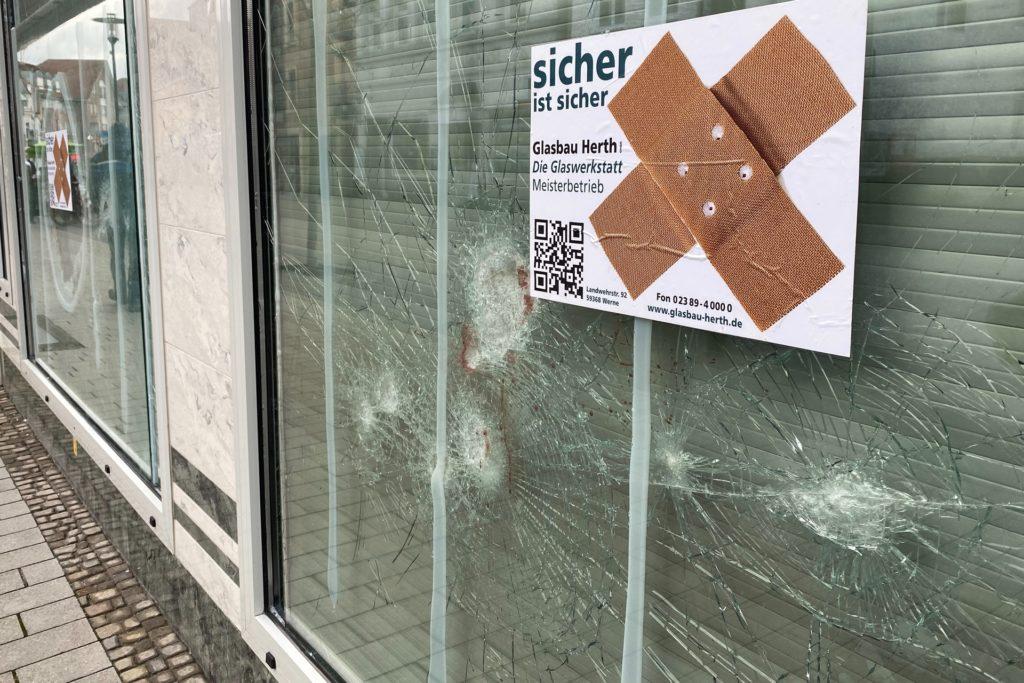 An zwei der Scheiben hatten sich die immer noch unbekannten Täter am frühen Donnerstagmorgen (21. Januar) versucht. Sie schlugen mit einem Hammer auf die Fenster ein.