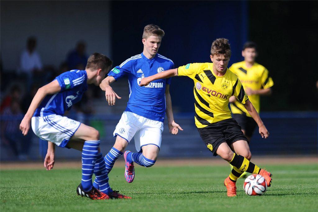 Mateusz Ostaszewski (r.) spielte in der Jugend beim BVB. Künftig wird er für den SuS Olfen in der Bezirksliga auflaufen.