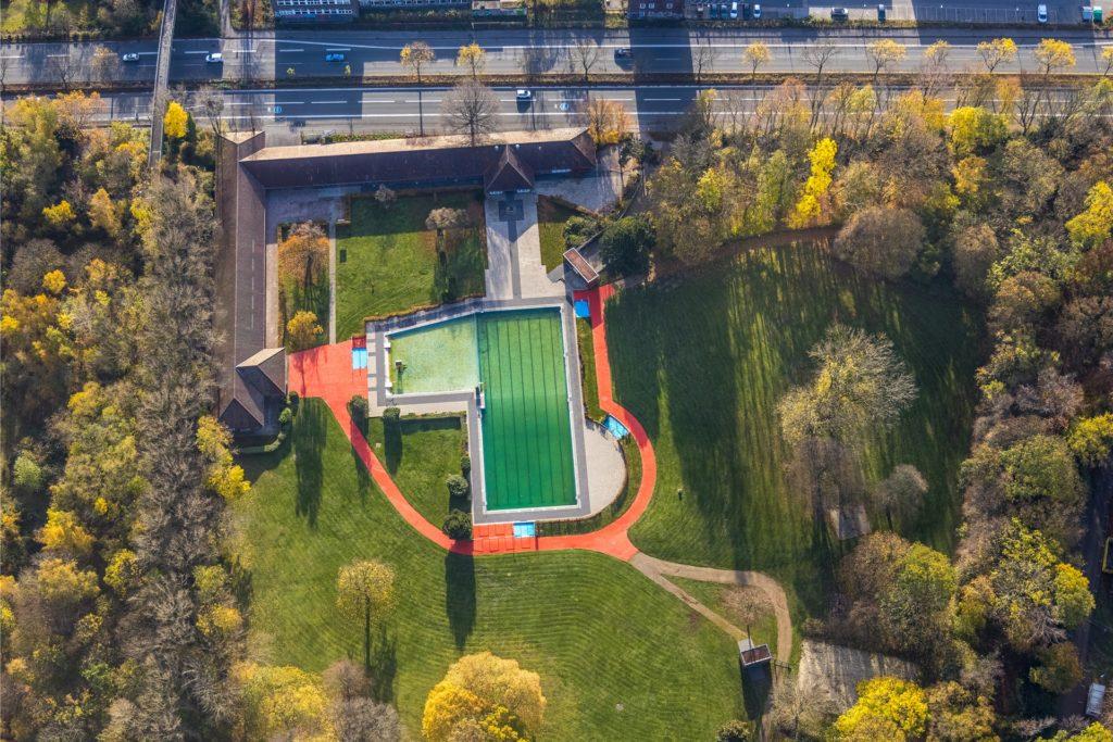 Das Freibad Stockheide liegt am Rande des Hoeschparks direkt an der Brackeler Straße (oben). Seine Zukunft ist ungewiss.
