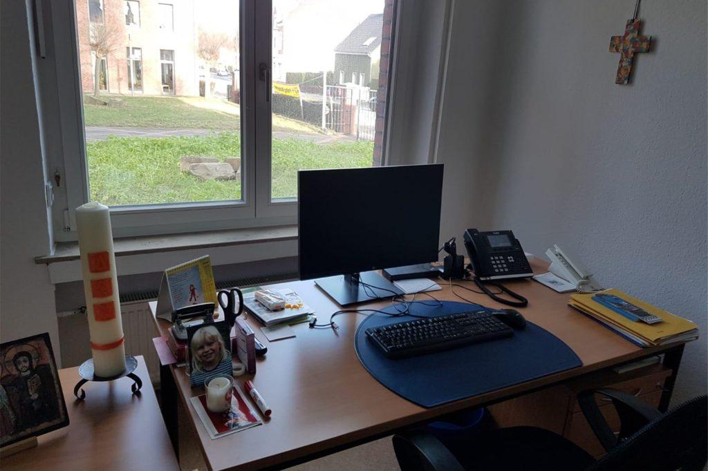 Fast kein Unterschied zum Homeoffice: Das Büro von Claudia Schmidt im Pfarrbüro an der Flughafenstraße.