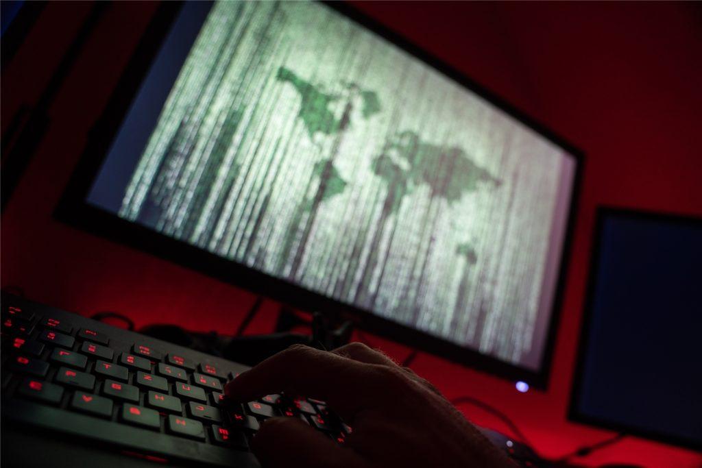 Laut Anklageschrift haben die Hintermänner die Drogen im Darknet verkauft und der 23-jährige Angeklagte hat diese Bestellungen in Briefen in Ahaus in zwei Briefkästen eingeworfen.