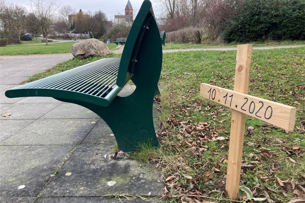 Das Kreuz steht neben der Boule-Bahn im Park der Generationen in Lütgendortmund und erinnert an den Verstorbenen.