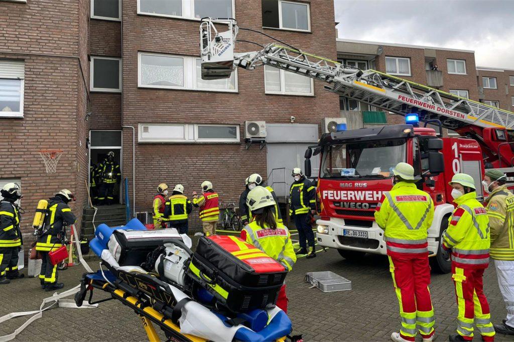 Die Feuerwehr rückte mit einem Großaufgebot an. Die Borkener Straße war für die Dauer des Einsatzes gesperrt.