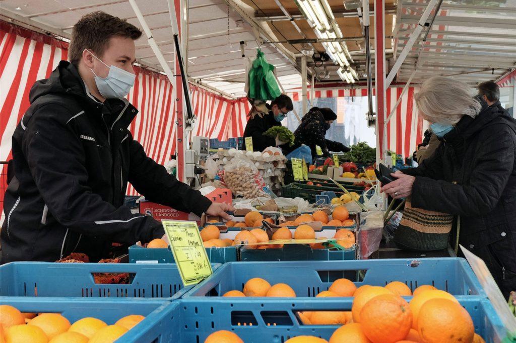 Auf die Stammkunden sei Verlass, aber die Laufkundschaft fehlte, sagt Noel Kamperdick vom gleichnamigen Obst- und Gemüsehändler.