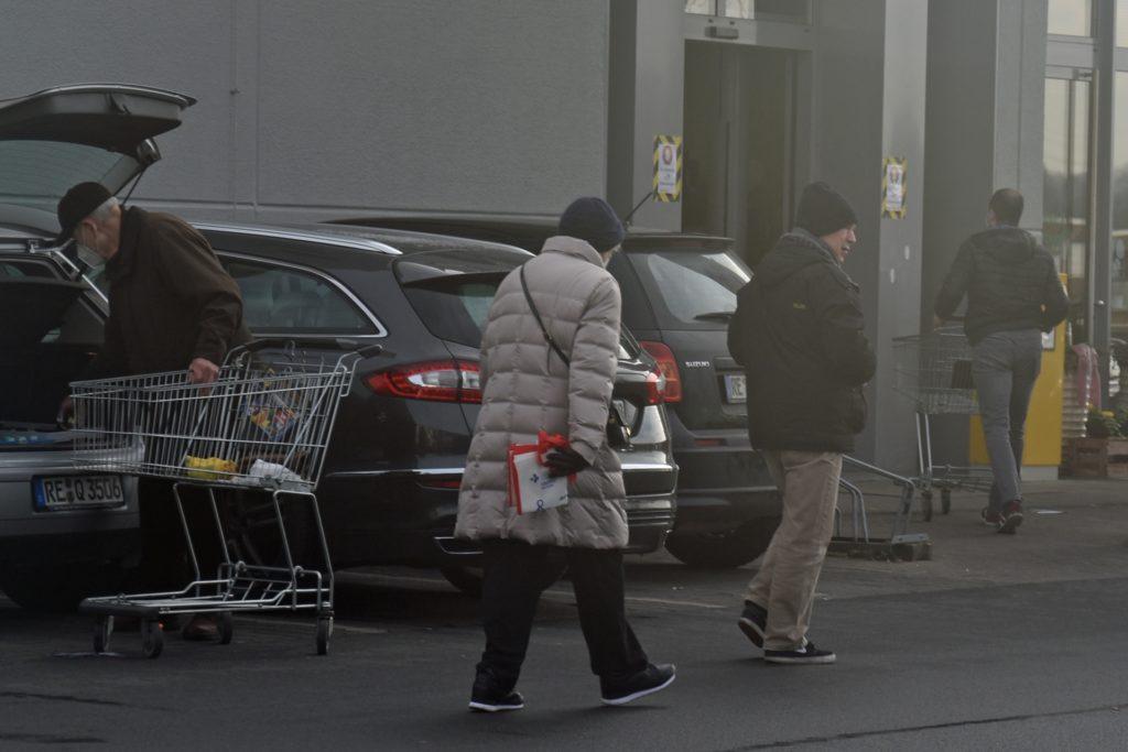 Auf Supermarkt-Parkplätzen legen viele die Maskenpflicht etwas lockerer aus.