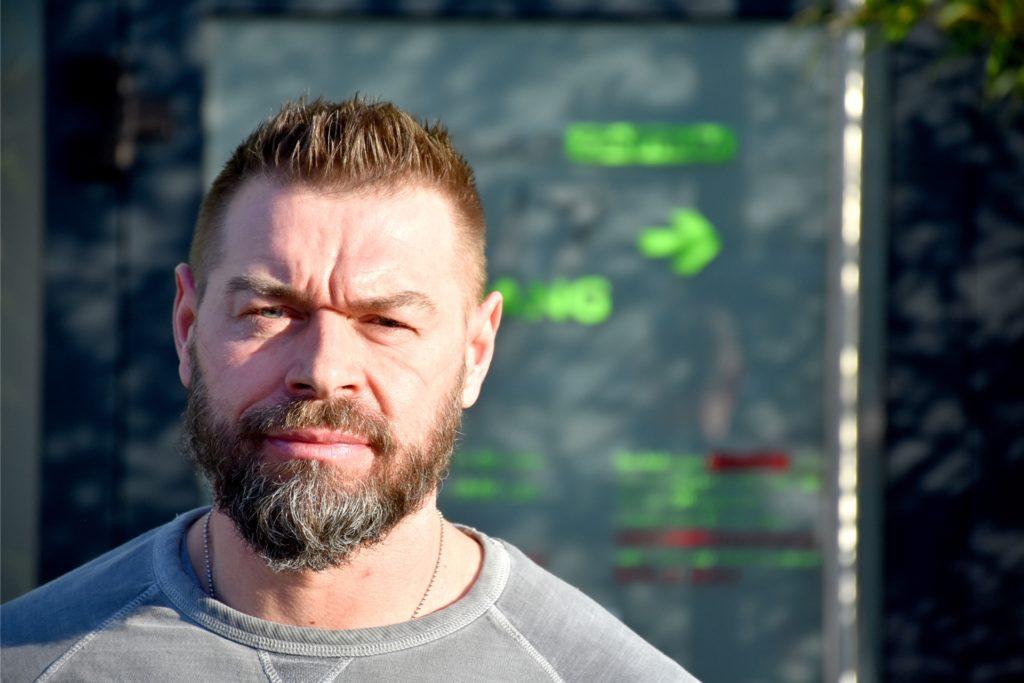 Björn Borgmann (48) produziert die FFP2-Masken in Polen und vertreibt sie von Ahaus aus. Eigentlich betreibt er ein Sicherheitsunternehmen und sorgt beispielsweise seit 2000 für den Schutz der deutschen Fußballnationalmannschaft.