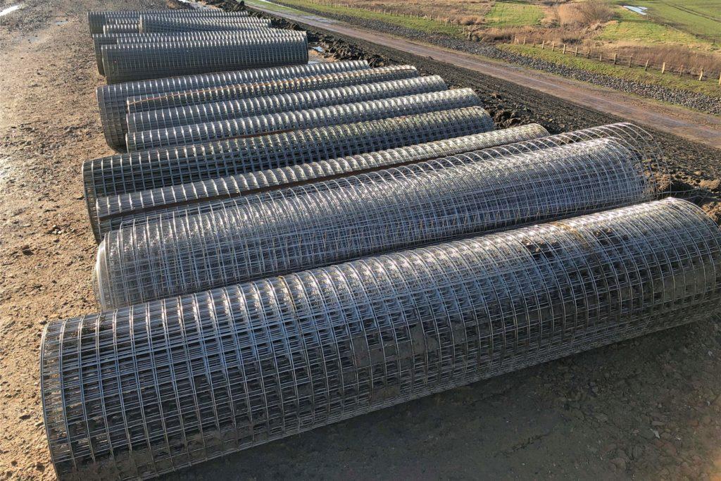 Dieses engmaschige Drahtgeflecht wird eingebaut, um Pflanzentrieb sowie die Eroberung des Deiches durch Kaninchen oder Nutria zu verhindern.
