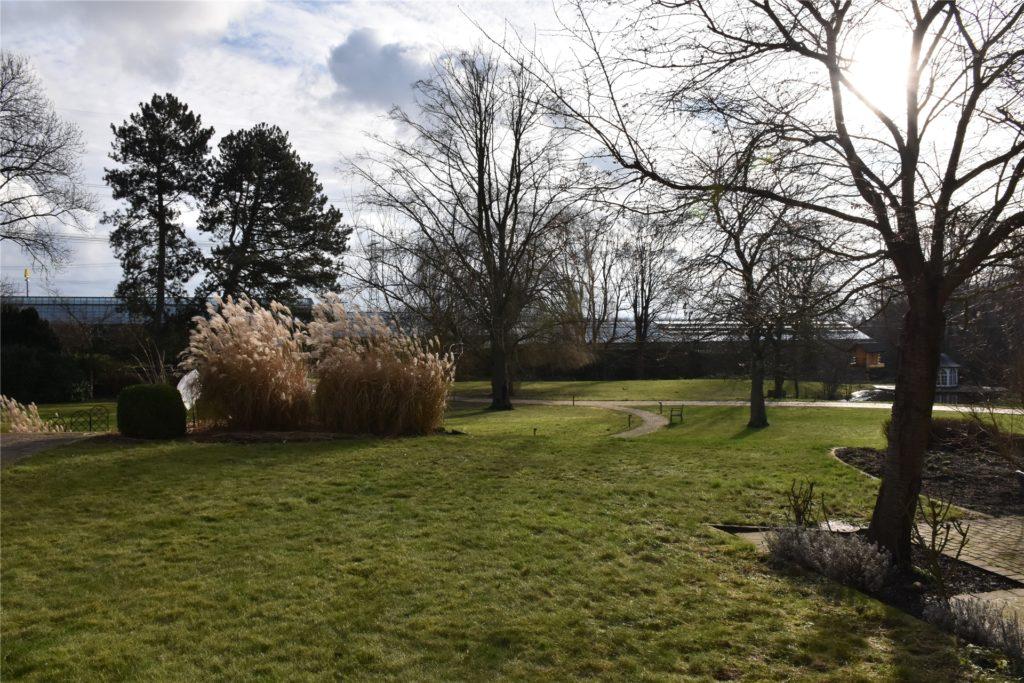Das große Grundstück an der Bergstraße bietet viel Platz für Therapie und Entspannung im Freien.