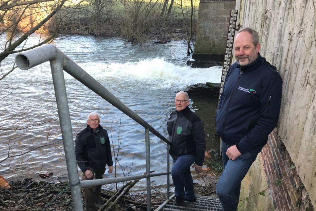 Olaf Niepagenkemper vom Fischereiverband NRW, Andreas Terwey und Willi Hölscher vom ASV Legden am Stauwehr an der Düstermühle (v.r.).