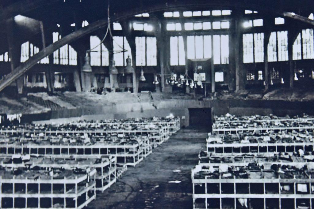 Die Aufnahme vom 15.11.1940 zeigt die Stockbetten, die in der Westfalenhalle aufgebaut wurden.