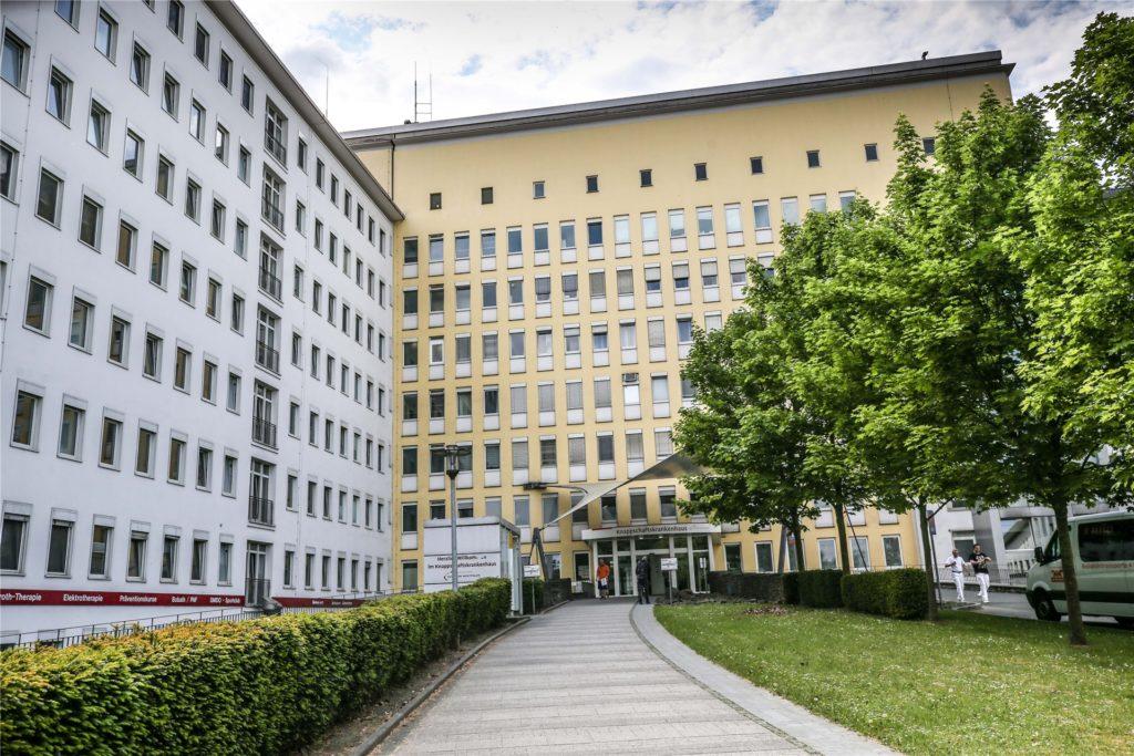 Im Knappschaftskrankenhaus in Dortmund-Brackel sollen sich viele Patienten und Mitarbeiter mit dem Coronavirus angesteckt haben.