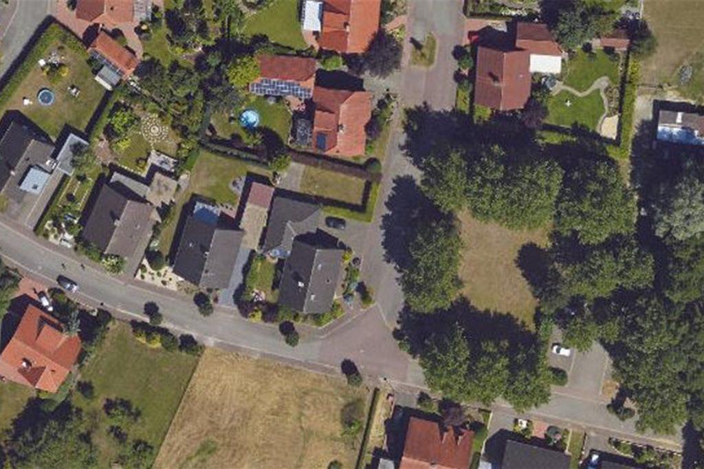 Auf der von Bäumen umrandeten Fläche soll nach den Planungen der Wohnpark einmal entstehen.