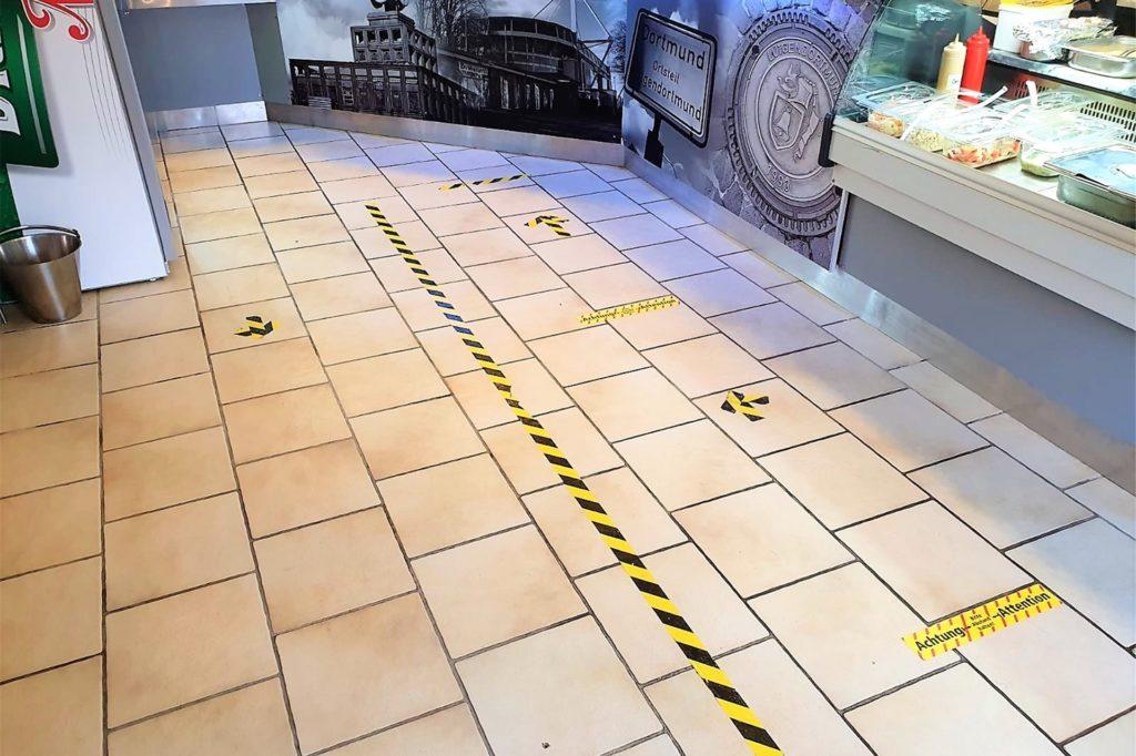 Der ausgeräumte Innenbereich der Futterluke bietet nun genügend Platz für wartende Kunden und die Abstandsregeln.