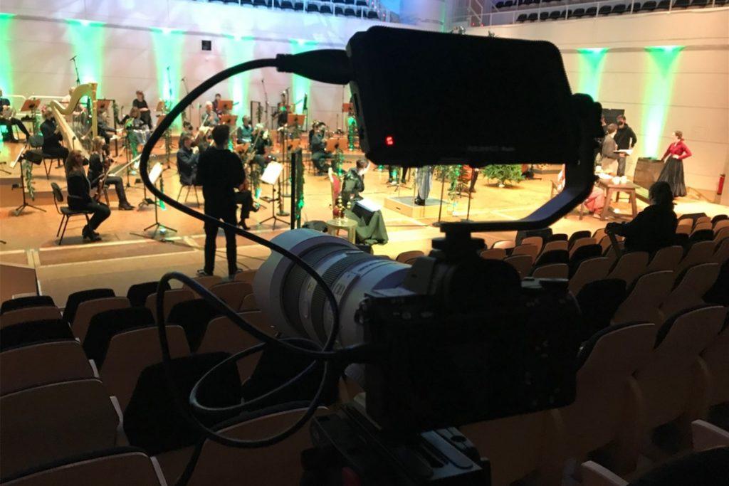 Was auf der Bühne passiert, wird mit mehreren Kameras festgehalten.