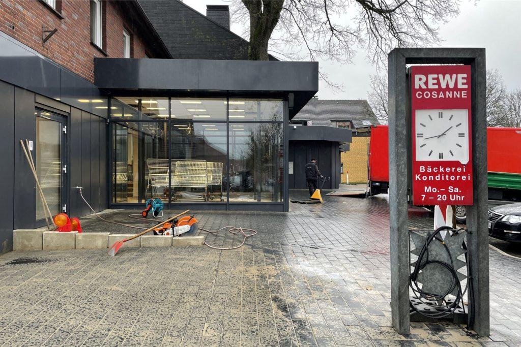 Rewe Lembeck steht kurz vor der Wiedereröffnung im grundsanierten Gebäude.