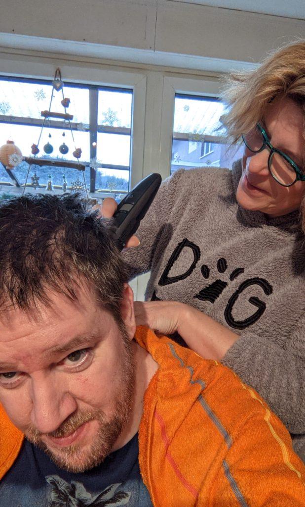 FDP-Ratsherr Nils Bettinger bekommt beim Haareschneiden Unterstützung von seiner Partnerin.