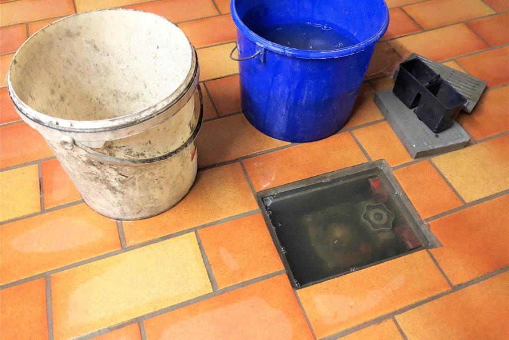 Immer wieder läuft der Kellerabfluss voll, das Wasser verteilt sich im gesamten Keller.