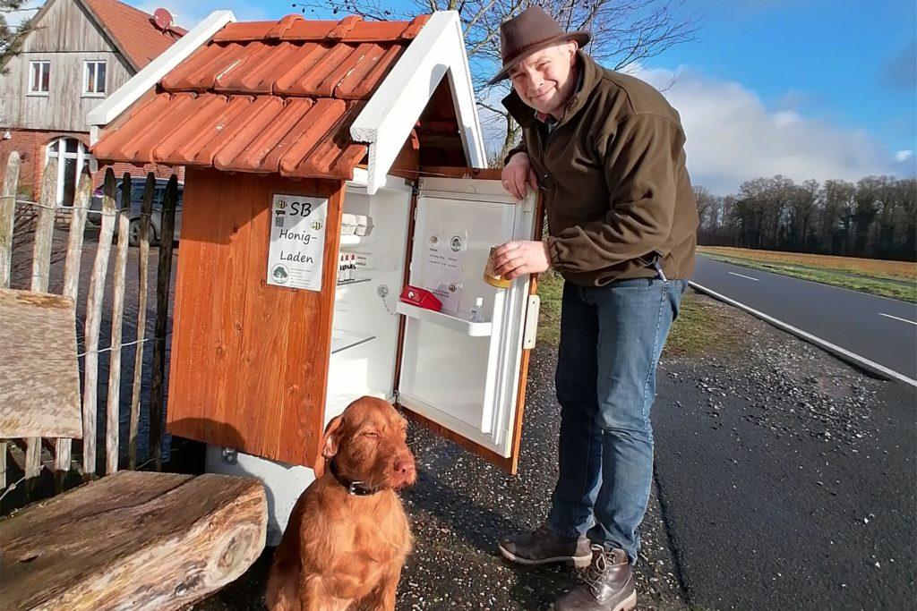 Auch einen eigenen kleinen Honigladen hat Antonius Schulze-Beikel.